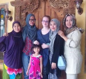 Tante Tati, Saya, Jilla, Entin, Fira, Ibu.