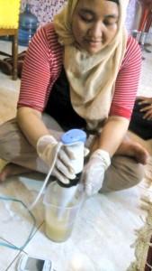 Mbak Sita mengocok adonan dengan Hand Blender